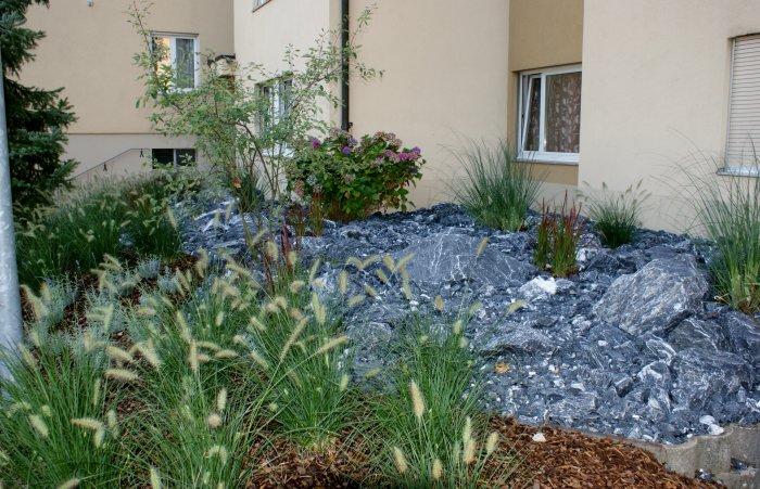 Gartenbau steingarten garten freiraum gmbh for Garten steine schwarz